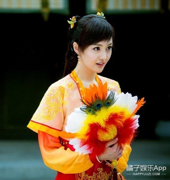 在《古剑奇谭》中饰演的小狐狸性格活泼可爱,一身轻快的橘色服装,整个